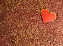 Coeur rouge sur le vieux rouge Photo libre de droits
