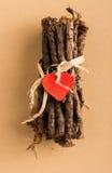 Coeur rouge sur les brindilles enveloppées Photographie stock libre de droits