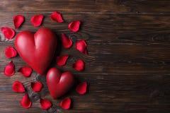 Coeur rouge sur les conseils en bois de texture Jour de valentines heureux/jour de femmes internationales Image libre de droits