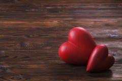 Coeur rouge sur les conseils en bois de texture Jour de valentines heureux/jour de femmes internationales Photo libre de droits