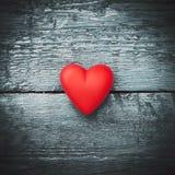 Coeur rouge sur les conseils foncés Photo libre de droits