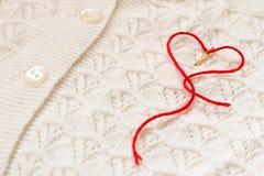 Coeur rouge sur un chemisier blanc Photographie stock libre de droits