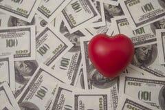 Coeur rouge sur un fond de billet d'un dollar Photos stock