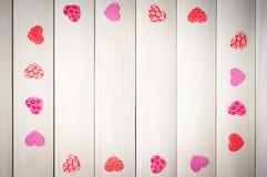Coeur rouge sur un fond en bois Images libres de droits