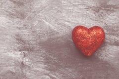 Coeur rouge sur un fond foncé Vue supérieure, l'espace de copie toned Photos libres de droits