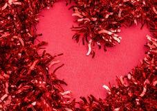 Coeur rouge sur un saint rouge Valentine de nouvelle année de fond images stock