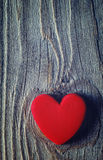 Coeur rouge sur un vieux fond en bois Carte romantique Images libres de droits