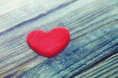 Coeur rouge sur un vieux fond en bois Carte romantique Photographie stock libre de droits