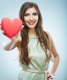 Coeur rouge. Symbole d'amour. Portrait de belle prise Valent de femme Photo stock