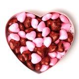 Coeur rougeoyant avec les points brillants dans la boîte sous forme de sur fond blanc images libres de droits