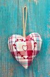 Coeur rustique sur la surface en bois de turquoise pour épouser, anniversaire, Photographie stock