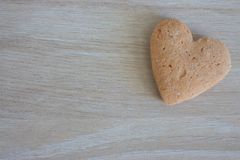 Coeur sablé sur le fond en bois avec l'espace de copie comme fond d'amour Photographie stock