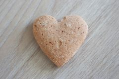Coeur sablé sur le fond en bois gris comme fond d'amour Photos stock