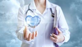 Coeur sain dans la main du cardiologue Images stock