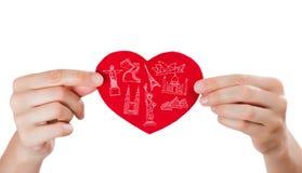 Coeur se tenant femelle avec ses bras et symboles touristiques célèbres Photos libres de droits