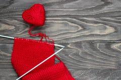 Coeur sous forme de ficelle des fils desquels un sweate rouge Photographie stock
