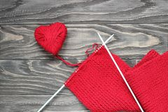 Coeur sous forme de ficelle des fils desquels un sweate rouge Image libre de droits