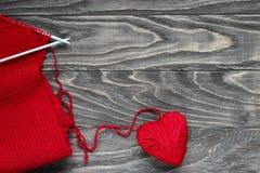 Coeur sous forme de ficelle des fils desquels un sweate rouge Images stock