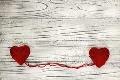 Coeur sous forme de ficelle des fils desquels un sweate rouge Photo libre de droits