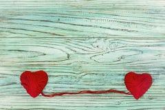 Coeur sous forme de ficelle des fils desquels un sweate rouge Photographie stock libre de droits