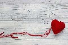 Coeur sous forme de ficelle des fils desquels un sweate rouge Photo stock