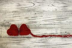 Coeur sous forme de ficelle des fils desquels un sweate rouge Photos libres de droits