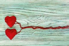 Coeur sous forme de ficelle des fils desquels un sweate rouge Images libres de droits