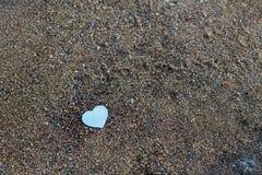 Coeur sur des pierres, fond de jour de valentines photo stock