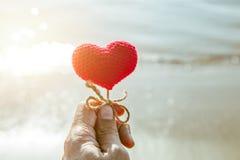 Coeur sur l'amour de plage beau pour la carte postale de jour du ` s de valentine Photographie stock