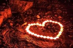 Coeur sur l'incendie Coeur des bougies photographie stock libre de droits