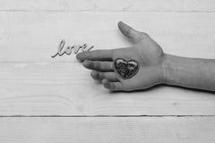Coeur sur la main de l'homme et l'amour de mot Photos libres de droits