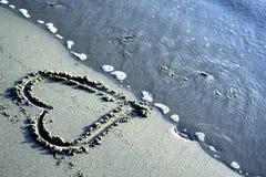 Coeur sur la plage avec la mer, concept de l'amour Photo libre de droits