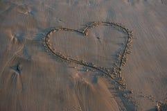 Coeur sur la plage sablonneuse Images libres de droits