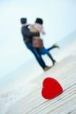 Coeur sur la route avec l'homme et la femme sur le fond Photo stock