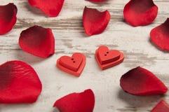 Coeur sur le bureau en bois avec la clé Photo stock