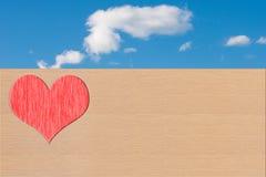 Coeur sur le ciel en bois et bleu Image libre de droits