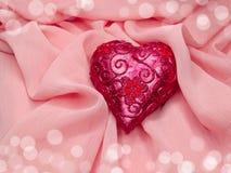 Coeur sur le concept matériel en soie rose d'amour de fond Photo stock