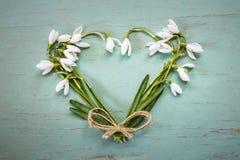 Coeur sur le fond de vintage Coeur effectué à partir des fleurs Photo libre de droits