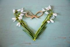 Coeur sur le fond de vintage Coeur effectué à partir des fleurs Image libre de droits