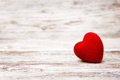 Coeur sur le fond en bois, décoration de Saint Valentin, conce d'amour photos libres de droits