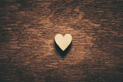 Coeur sur le fond en bois foncé Photographie stock
