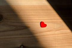 Coeur sur le fond en bois Valentine Day, épousant le concept d'amour, détail de différents coeurs, près de l'un l'autre Images libres de droits