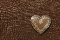 Coeur sur le fond en cuir photo stock