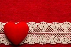 Coeur sur le fond rouge de tissu Photographie stock libre de droits