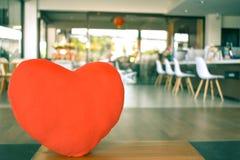 Coeur sur le fond trouble photographie stock