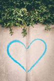 Coeur sur le mur Images stock
