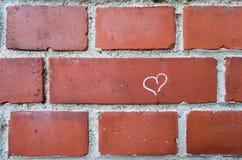 Coeur sur le mur de briques Photographie stock libre de droits