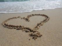 Coeur sur le sable de mer Photo libre de droits