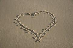 Coeur sur le sable de plage Photo stock