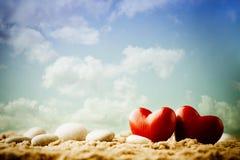 Coeur sur le sable sur le bord de la mer Image libre de droits
